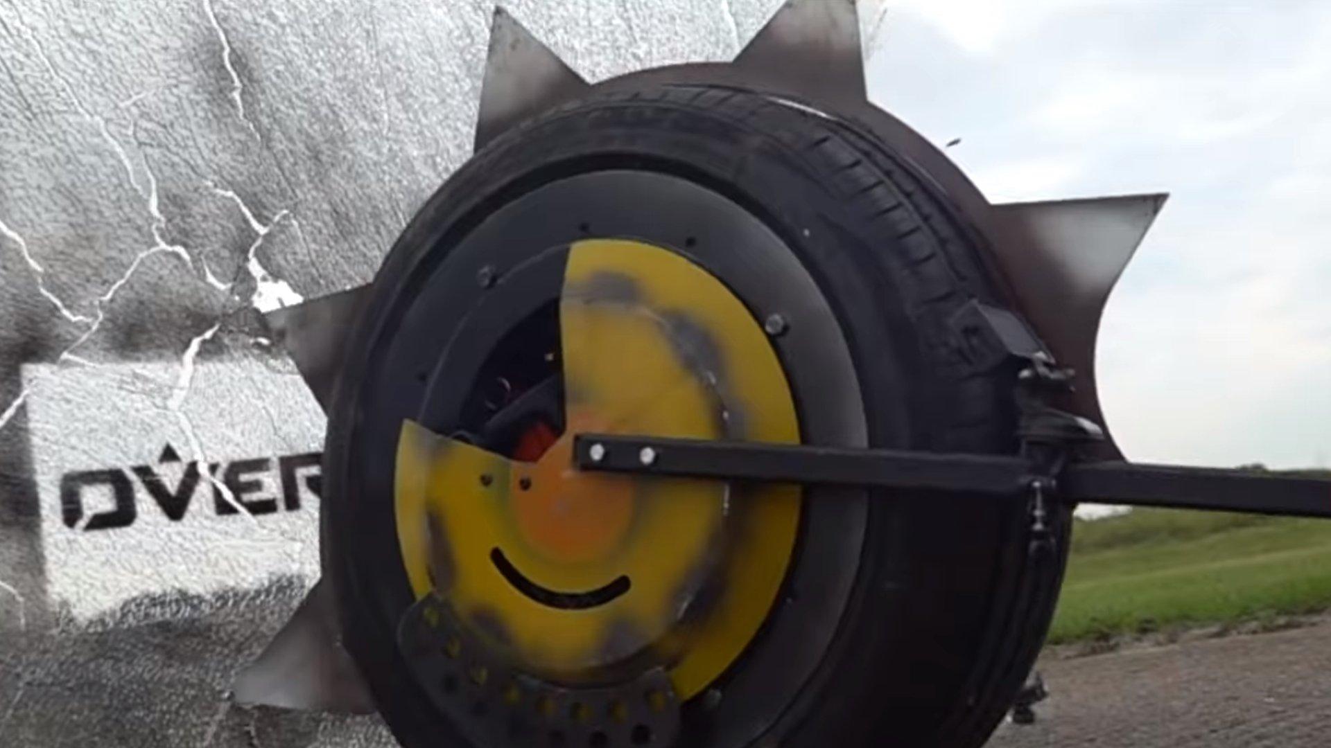 L'inventeur construit le RIP-Tire de Junkrat dans la vraie vie, détruit la clôture du jardin